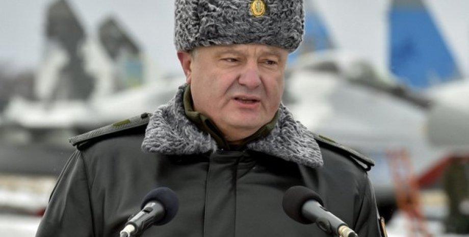 Петр Порошенко во время передачи боевой техники ВСУ 5 января / Фото: пресс-служба президента