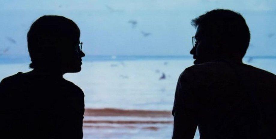 Общение, рзговор, двое людей говорят друг с другом