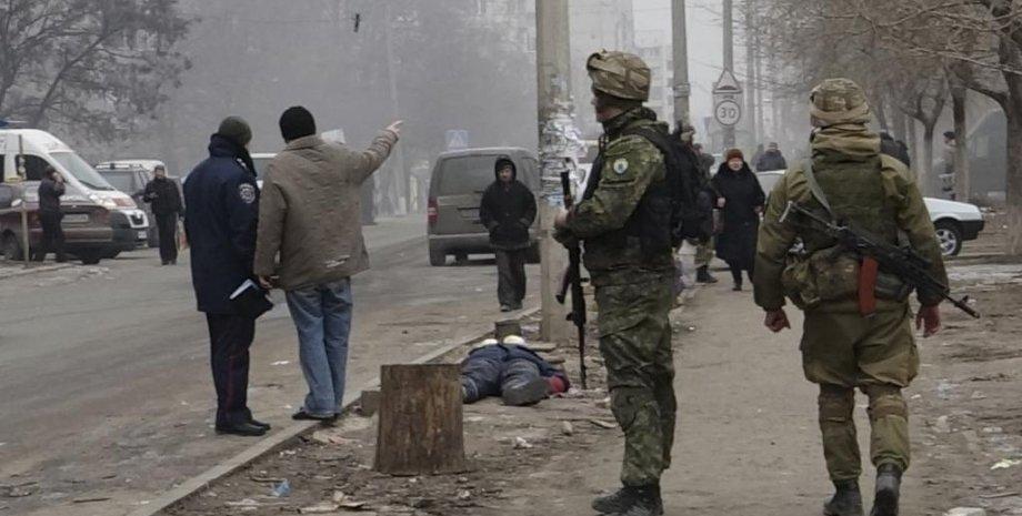 Украинские военные на месте обстрела в Мариуполе, 24 января 2015 / Фото: Reuters, Nikolai Ryabchenko