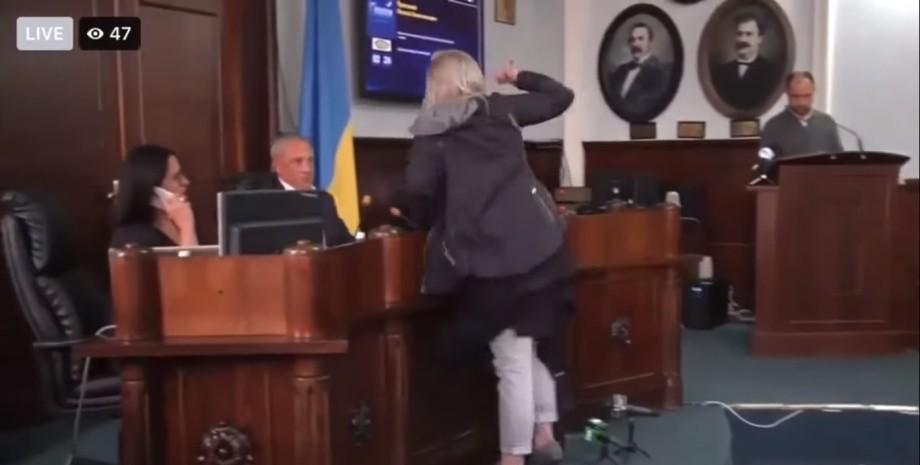 У Чернівцях жінка напала на мера на засіданні міськради