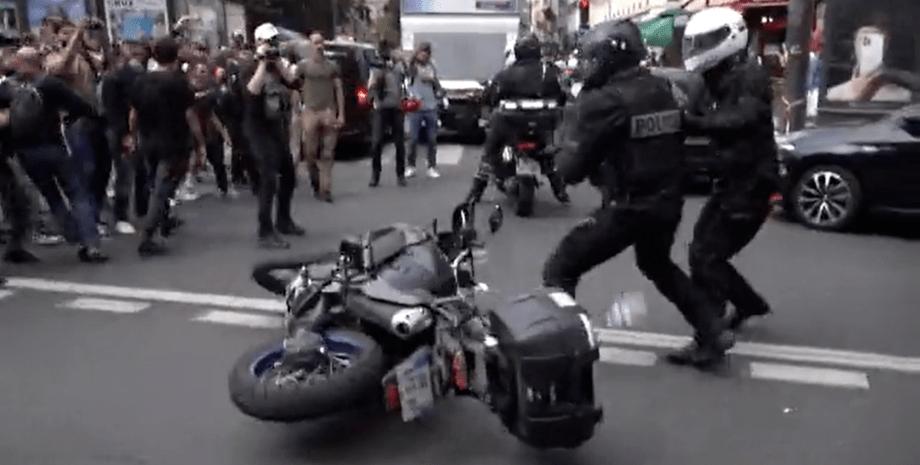 Акція протесту проти обов'язкової вакцинації в Парижі