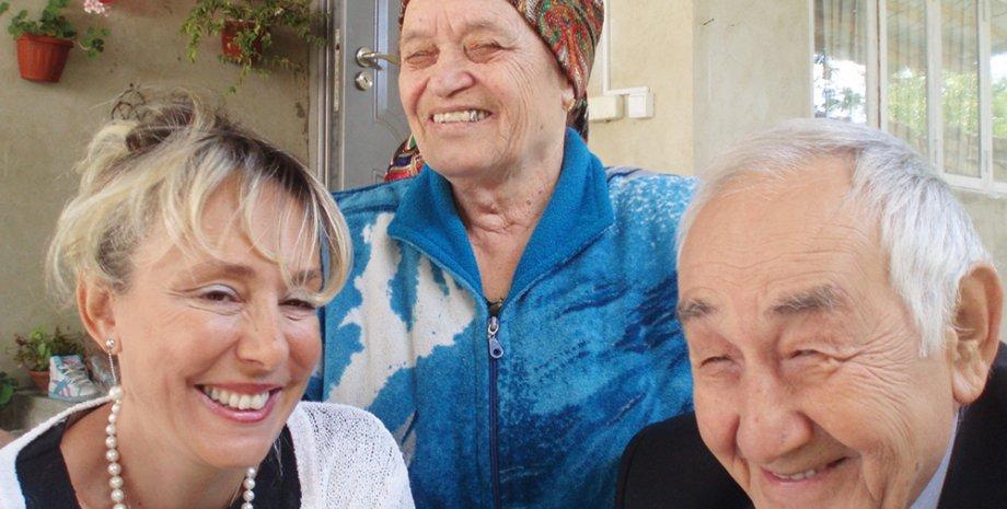 Серра Менекай с отцом и двоюродной бабушкой Фатимой в Крыму, 2011 год