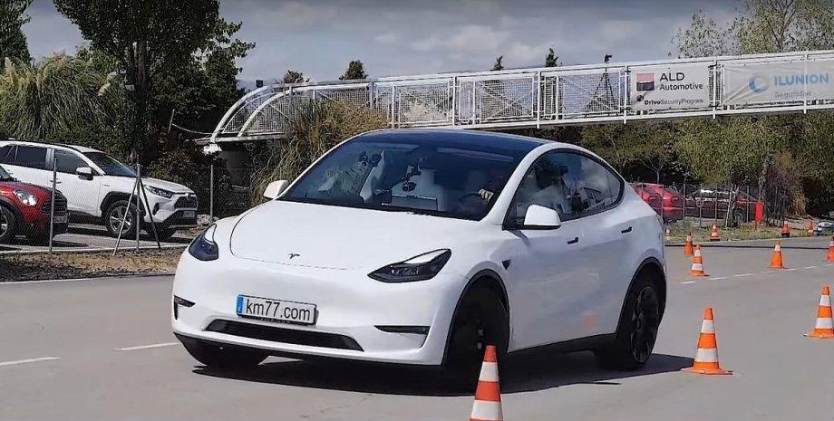 Tesla Model Y проходит лосиный тест, испытания на полигоне, электричекий кроссовер