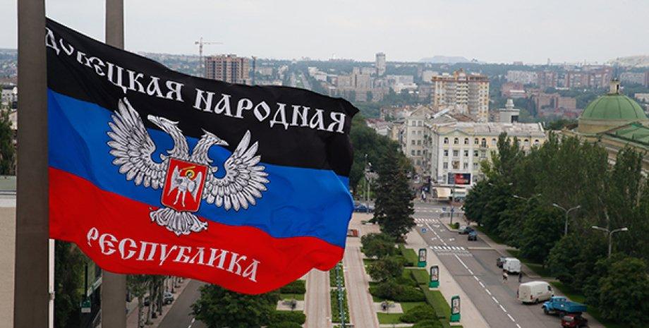 """Флаг """"ДНР"""" / Фото: AP"""