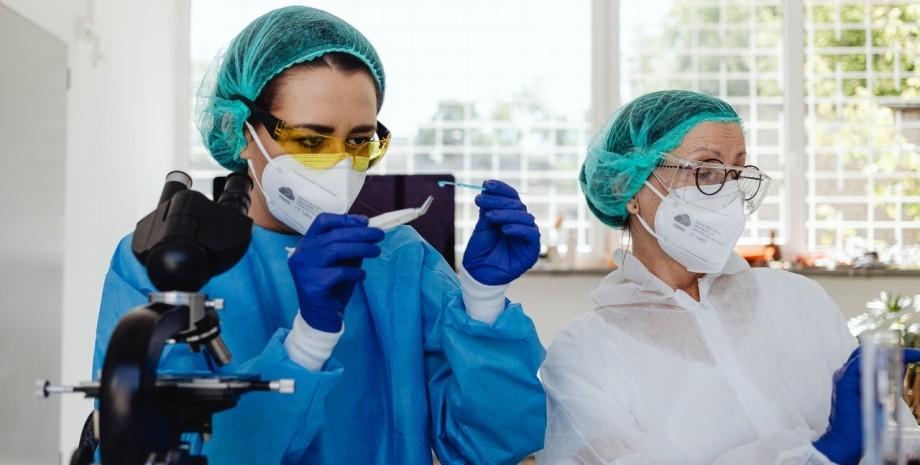 вакцина от коронавируса SARS-COV2, биологи в лаборатории