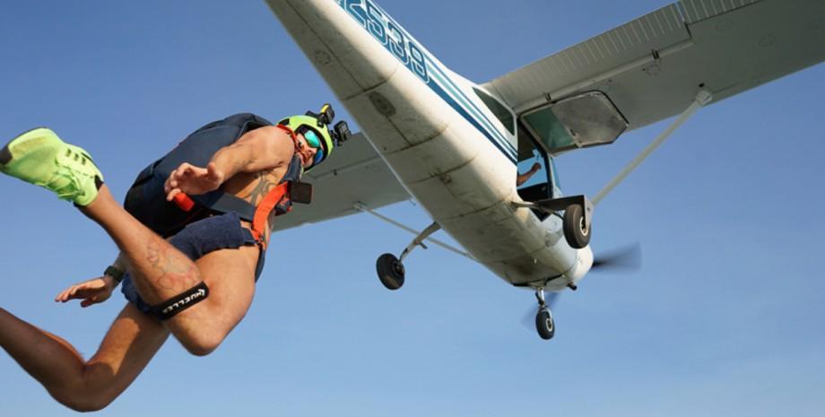 Райан Кануфф, прыжок, голый парашютист