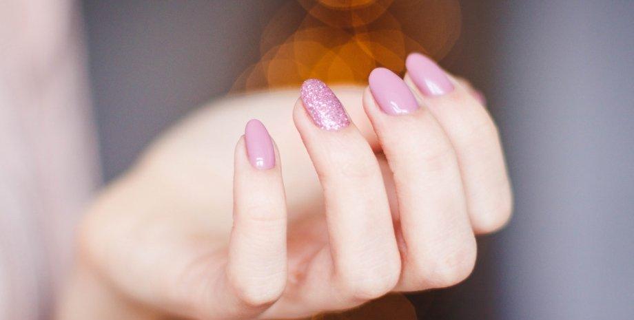 доглянуті нігті з рожевим лаком, манікюр
