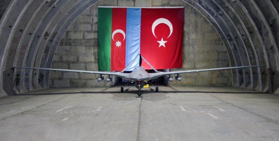 ударний БПЛА Bayraktar TB2 в ангарі, прапор Туреччини