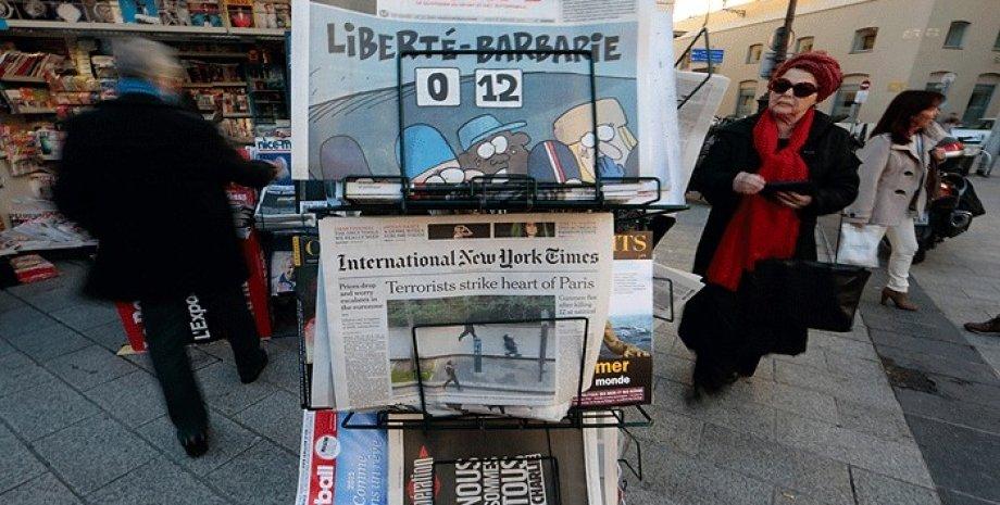 Передовицы газет на следующий день после атаки на редакцию Charlie Ebdo / Фото: Reuters