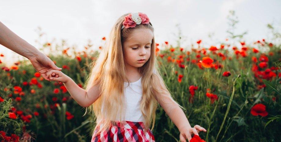 девочка держит маму за руку, маковое поле