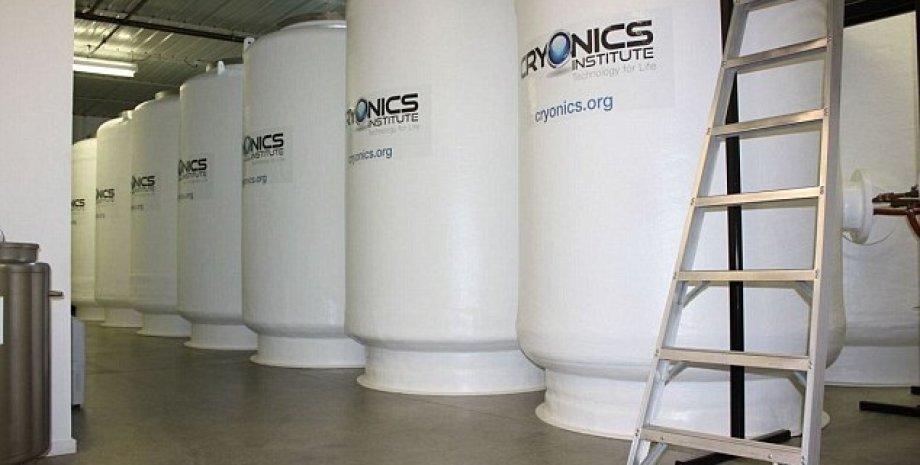 Резервуары с жидким азотом, в которых хранятся тела. Фото: Cryonics Institute