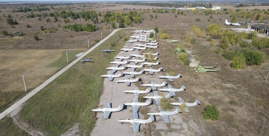 Під Запоріжжям блогери знайшли покинутий аеродром з радянськими літаками