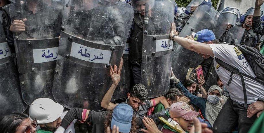 """""""Столкновение с полицией во время антиправительственных демонстраций""""/фото: Фарук Батиш"""