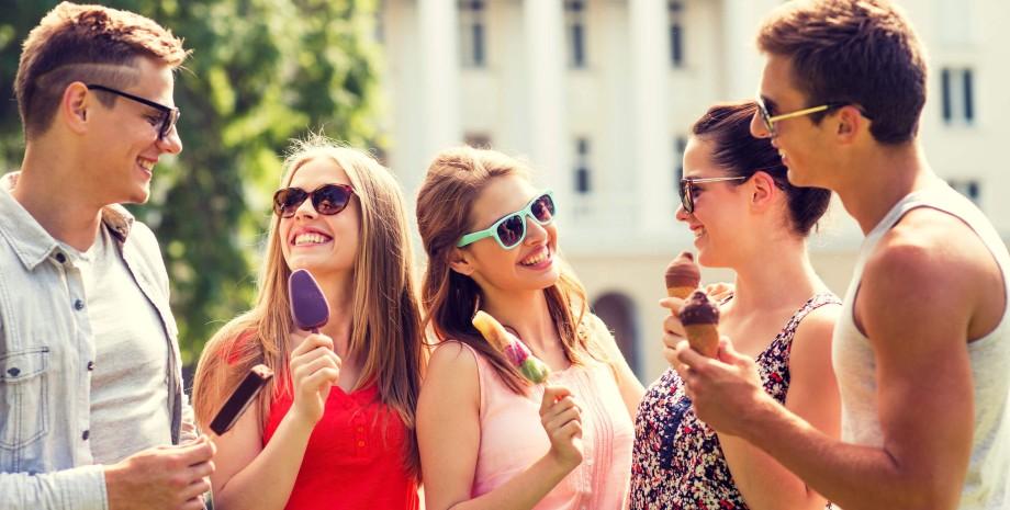 компанія молодих людей з морозивом в руках