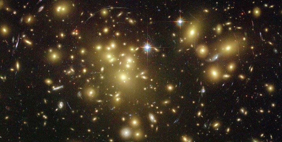 Фото галактического кластера Abell 1689, сделанное с помощью телескопа Хаббл. Ученые считают. что в кластере присутствует темная материя. Источник: NASA