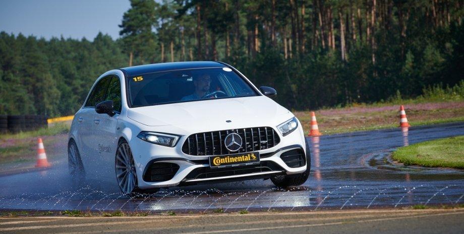 спортивный Mercedes-Benz AMG на треке, тест шин