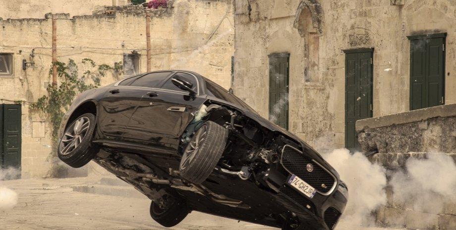 """погоня в фильме об агенте 007 Джеймсе Бонде """"Не время умирать"""", кадры из фильма"""