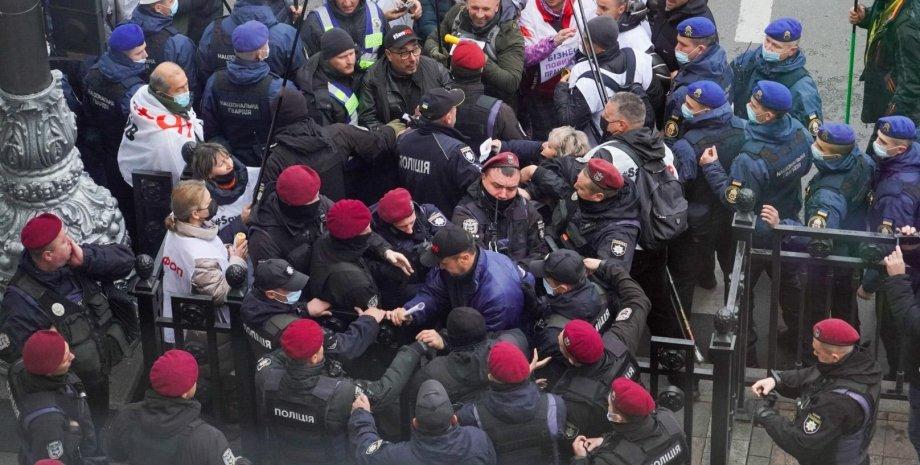Под Радой на митинге SaveФОП произошла стычка с силовиками