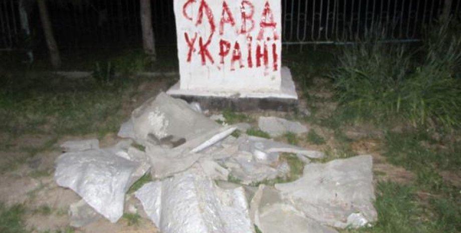 Разрушенный памятник Ленина / Фото: Twitter
