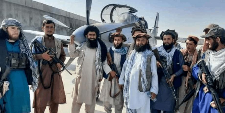 Боевики Талибана с самолетом