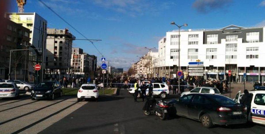 Возле захваченного почтового отделения в пригороде Парижа / Фото: twitter Dario Spaniolo