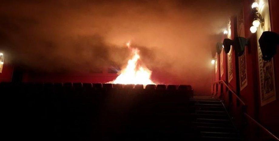 """Пожар в кинотеатре """"Жовтень"""" / Фото: Facebook\Евгений Зельман"""