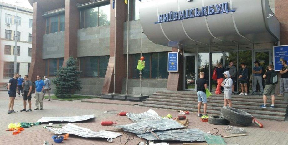 """""""Азов"""" заблокировал офис """"Киевгорстроя"""" / Фото: vk.com/batalion.azov"""
