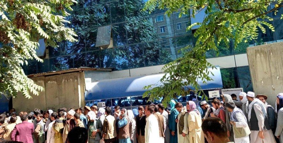 Кабул, очередь в банк в Кабуле, очереди в банк за наличными