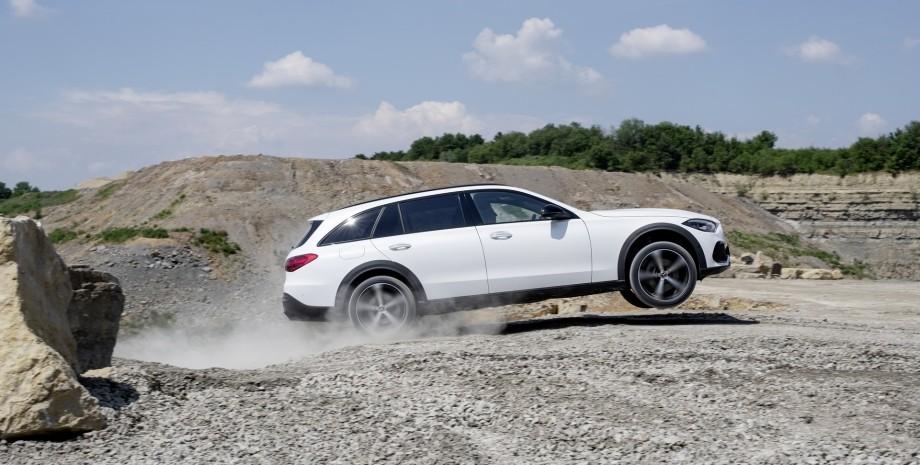 Mercedes-Benz перетворив універсал C-Class в кросовер