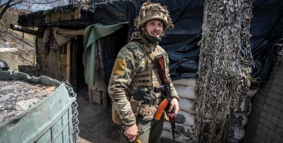 Украинский солдат в окопе на фронте российско-украинской войны