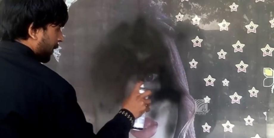 В Кабуле массово закрашивают фотографии женщин
