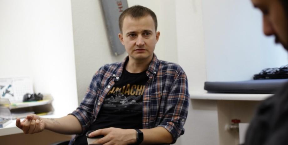 Тарас Чмут дает интервью в офисе своего фонда