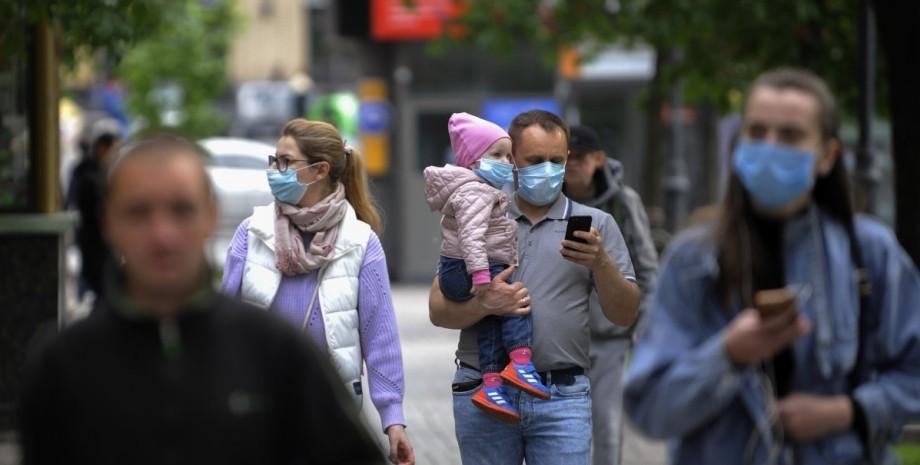 Люди в масках, карантин в Украине