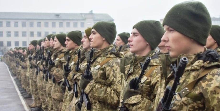 Українські строковики, служба в армії, весняний призов 2021, люди в камуфляжі