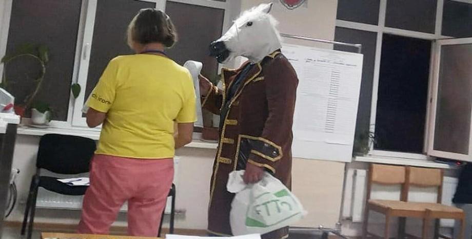 """В Ялте на избирательный участок пришел """"конь в пальто"""""""