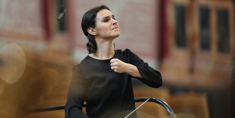 Линів, диригентка, театр
