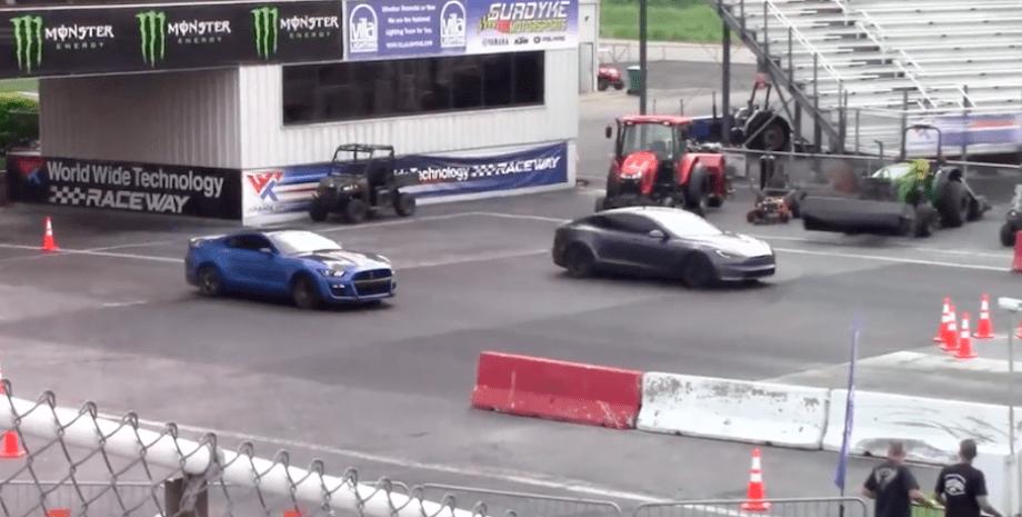 Tesla Model S Plaid драг-рейсинг Ford Mustang