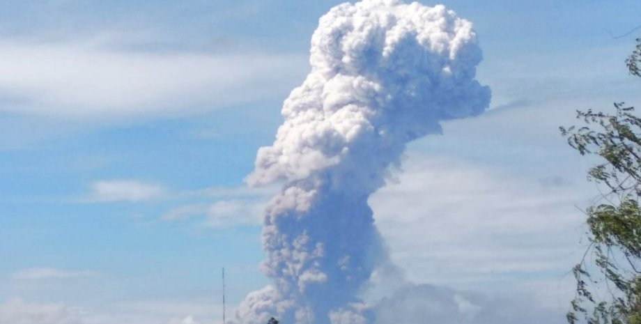 Вулкан Сопутан, 3 октября 2018 года. Фото: Twitter/@id_magma