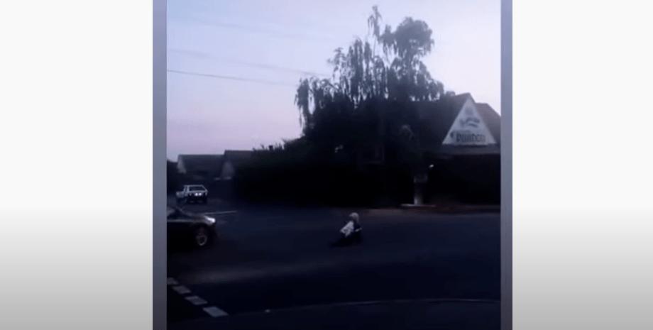 мелитополь, женщина на дороге, фото
