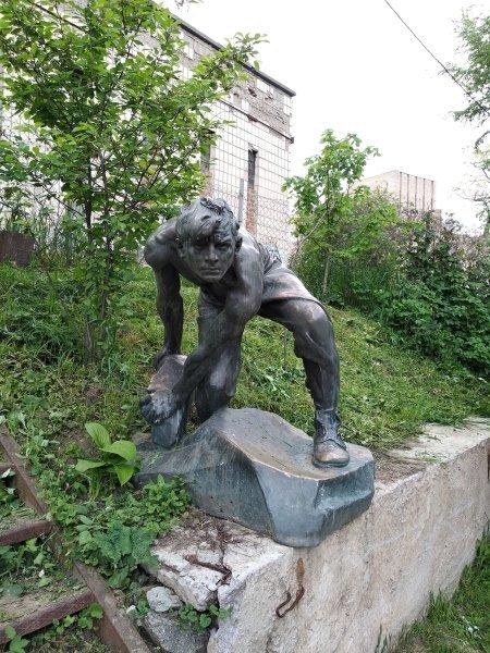 Игорь Левитас, Евгений Моляр, конфликт из-за скульптуры, булыжник оружие пролетариата