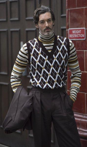 модель в свитере и жилете, свитер под горло, тренды осень 2021, модные тренды 2021, мода осень-зима