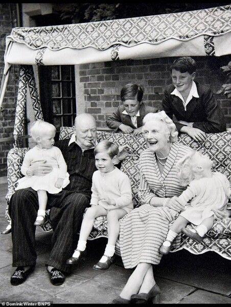 Уинстон Черчилль с женой и внуками