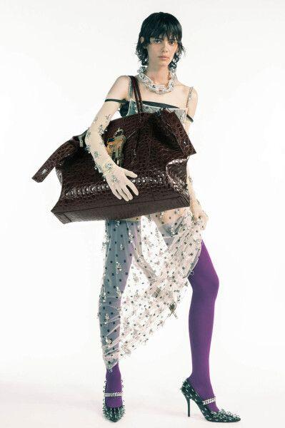 Модель с сумкой-баулом