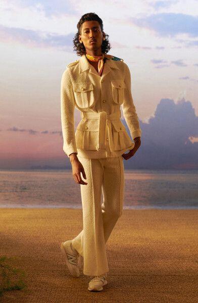 модель в куртке сафари