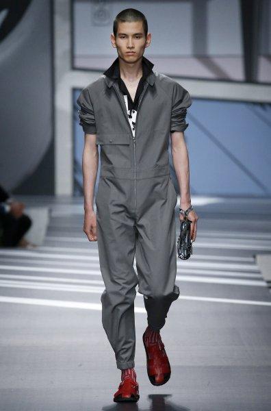 модель в комбинезоне на подиуме, модные тренды 2021, мода осень-зима